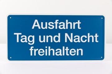 """""""Ausfahrt Tag und Nacht freihalten"""" Aluminium geprägt - 170 x 350 mm"""